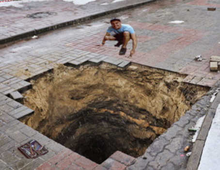 Sidewalk Artist Hoax: Squats Near Real Sinkhole! Dozens fall to their death with hilarious consequences